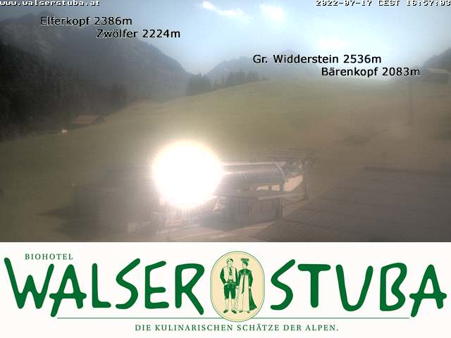 Die Webcam der Walserstuba lässt Sie die Aussicht auf gleich vier Gipfel genießen: Elferkopf, Zwölferkopf, Großer Widderstein und Bärenkopf.